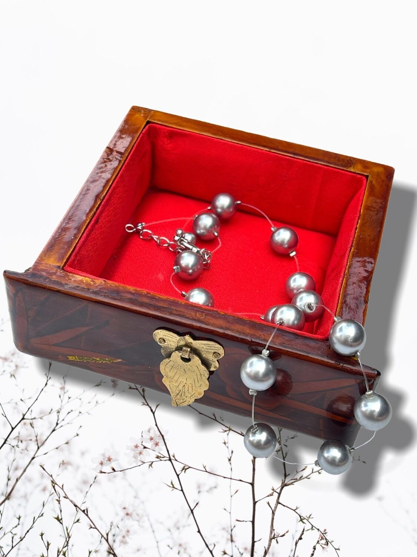 Collar de perlitas grises