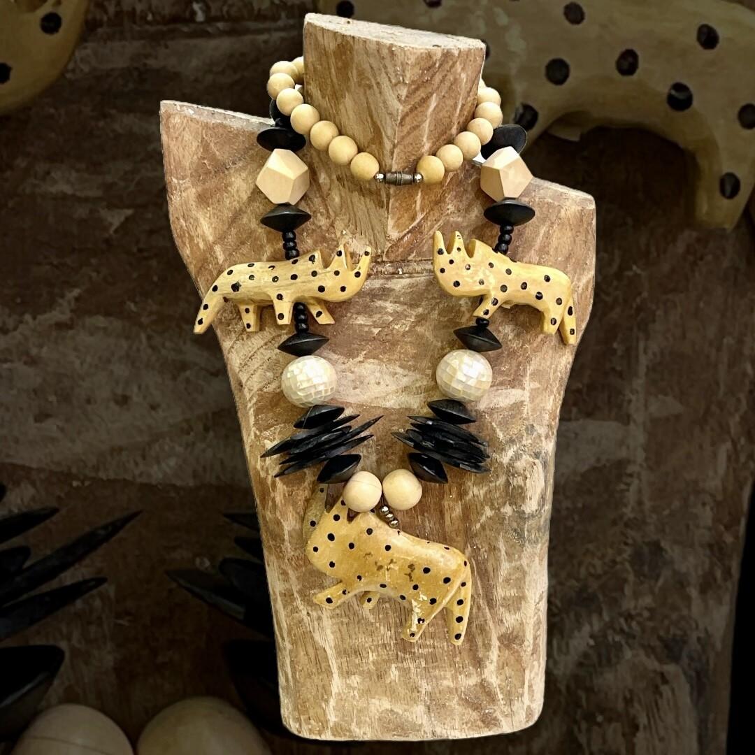 "*HOY* Collar de madera ""RINOCERONTES"""