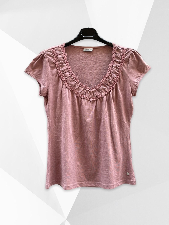 Camiseta de manga corta con florecitas en el cuello