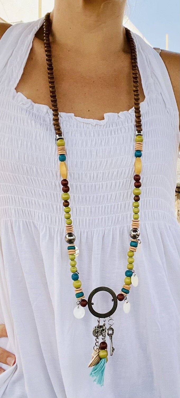 Collar largo de maderitas y charms