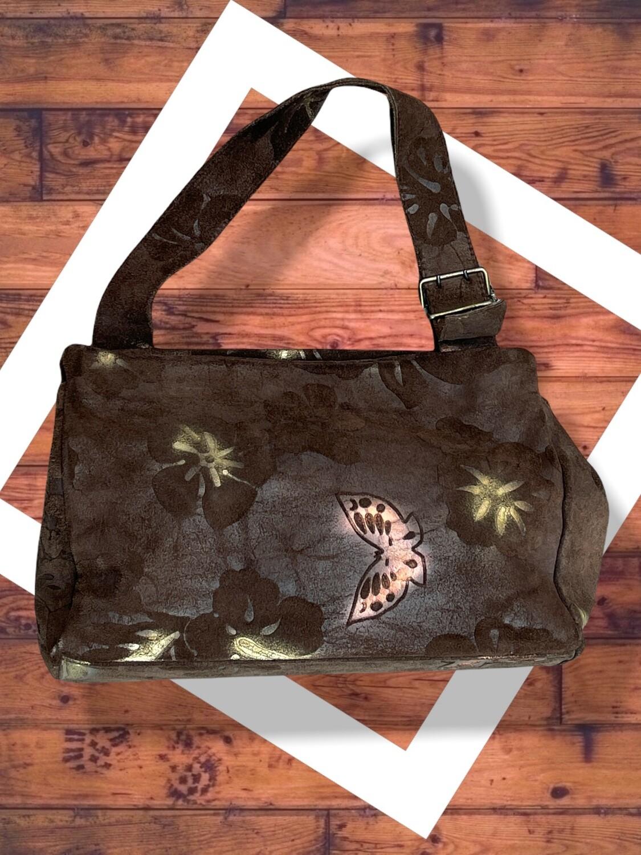 Bolso de hombro de serraje con grabados de flores y mariposas