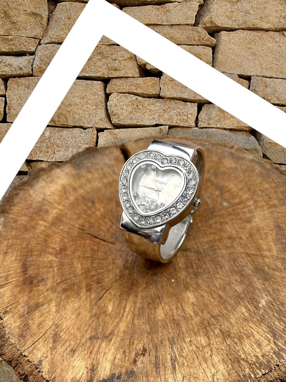 Reloj de pulsera brazalete con forma de corazón