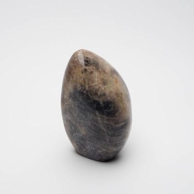Menhir en pierre de lune noire