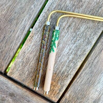 «Le secret caché dans le fruit» baguette de sourcier créées par Mathilda Bays. Pièce unique