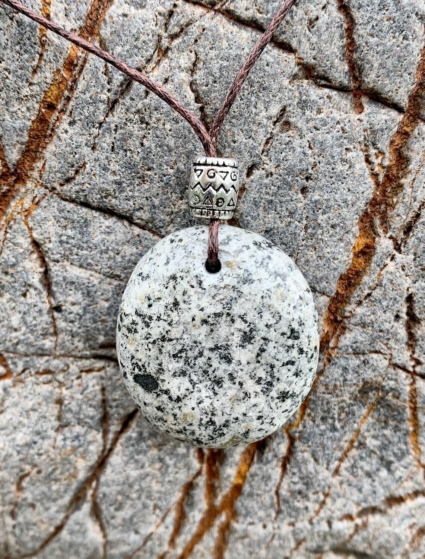 «Reliance aux ancêtres» pierre du val Maggia au Tessin, cueillie, polie et percée par nous-mêmes