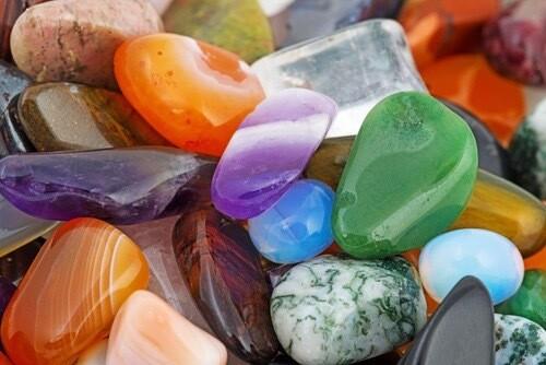 Pierres pour calendrier de l'avent. 25 pierres différentes, non nommées.