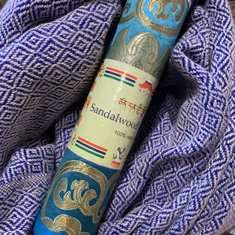Pachmina 100% cachemire avec un paquet d'encens tibétains «au bord de la mer». Renversé entièrement au village de Gumda.