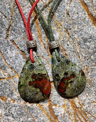 «Tu éveilles mon feu intérieur » Epidote, sang de dragon, pierre du dragonier . Colliers doubles pour amis ou amoureux (vendu par paire)