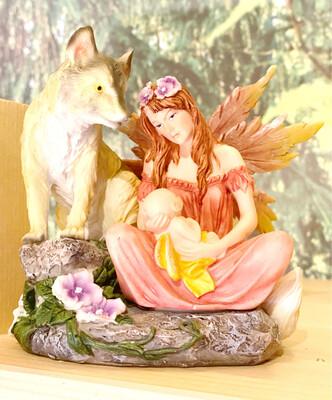 Figurine fée avec bébé et loup