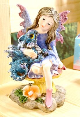figurine avec fée et bébé dragon