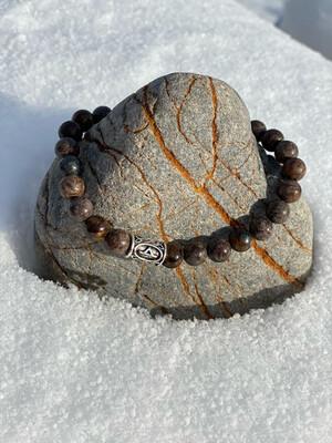 «La force qui me permet de voir au delà des choses» Jaspe, bronzite, larvikite, et rune «Thurisaz» pour grand poignet!