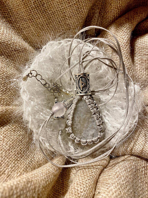 «Traverser le voile» agate avec rune «thurisaz» , rune du voile qu'on traverse