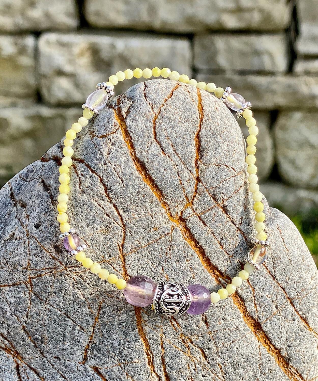 Bracelet «Ostarano 7» avec amethyste et lizardite pour les énergies de l'équinoxe de printemps et rune Isa pour l'alignement