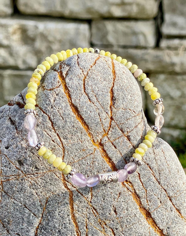 Bracelet «Ostarano 11» avec amethyste et lizardite pour les énergies de l'équinoxe de printemps