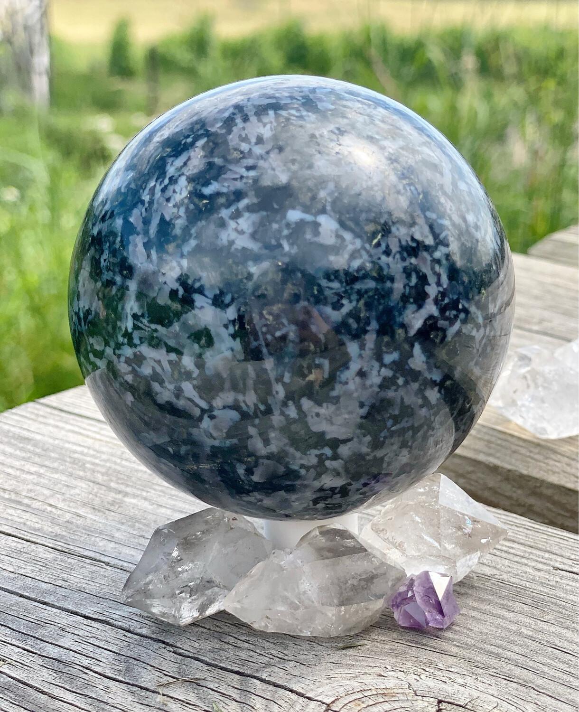 Sphère n° 138 de merlinite, ancrage, divination, morgane
