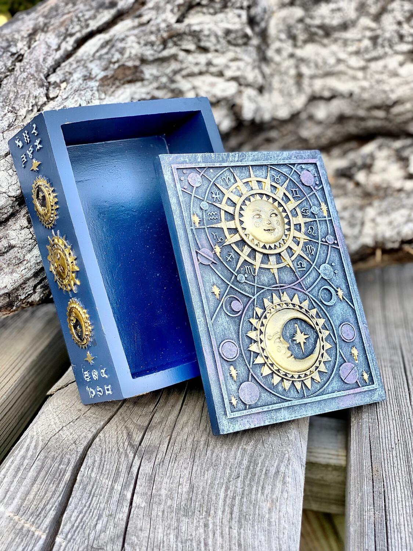 Boîte avec lune et soleil
