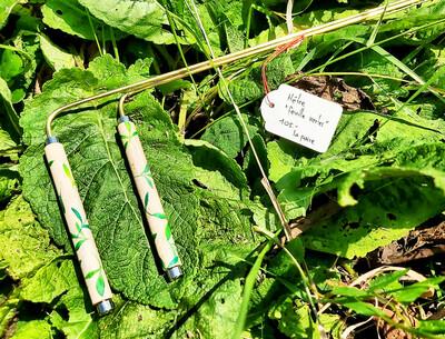 «Feuilles vertes» en hêtre, baguettes de sourcier créées par Mathilda Bays. Pièces unique (vendu par paire)