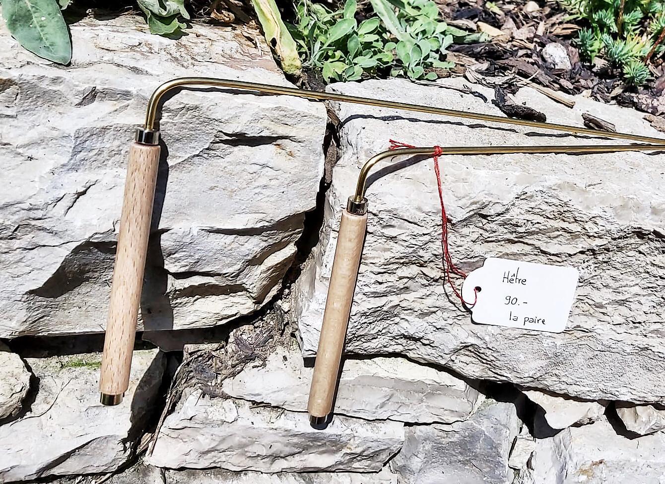 «Hêtre» en hêtre, baguettes de sourcier créées par Mathilda Bays. Pièces unique (vendu par paire)