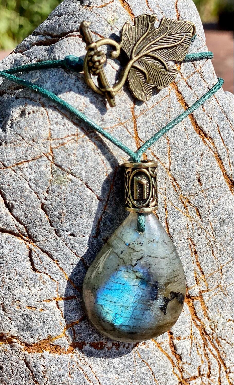 «Sous la protection de la nature» Rune: Uruz / labradorite / fermoir feuille arbre