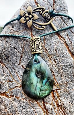 «Reliance avec le monde des elfes» Labradorite avec visage et rune Ewaz