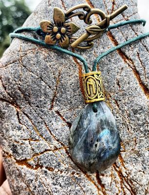 «La douceur de mon côté féminin» Labradorite avec rune uruz
