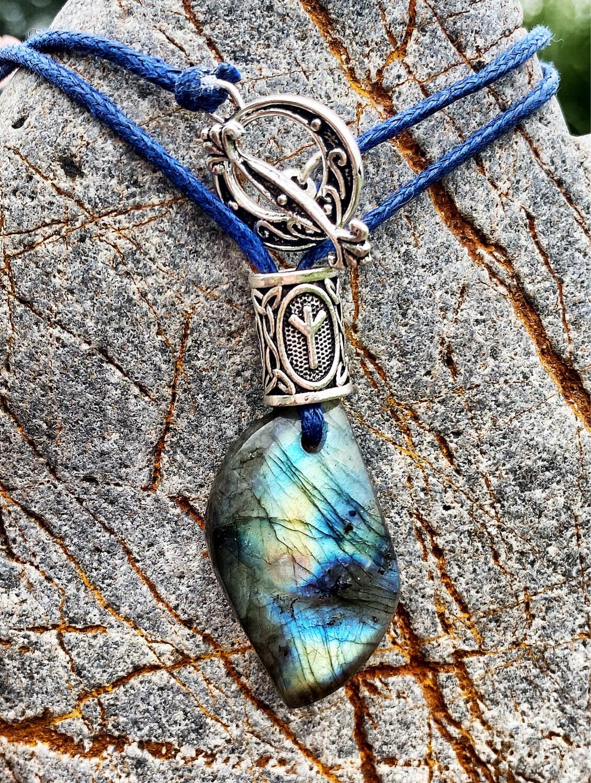 «Reliance avec les Dieux» Labradorite avec rune Algiz