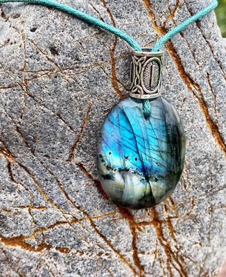 «Relier les mondes» Labradorite avec rune Isa