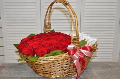 Корзина из 35 роз с конфетами (под заказ)