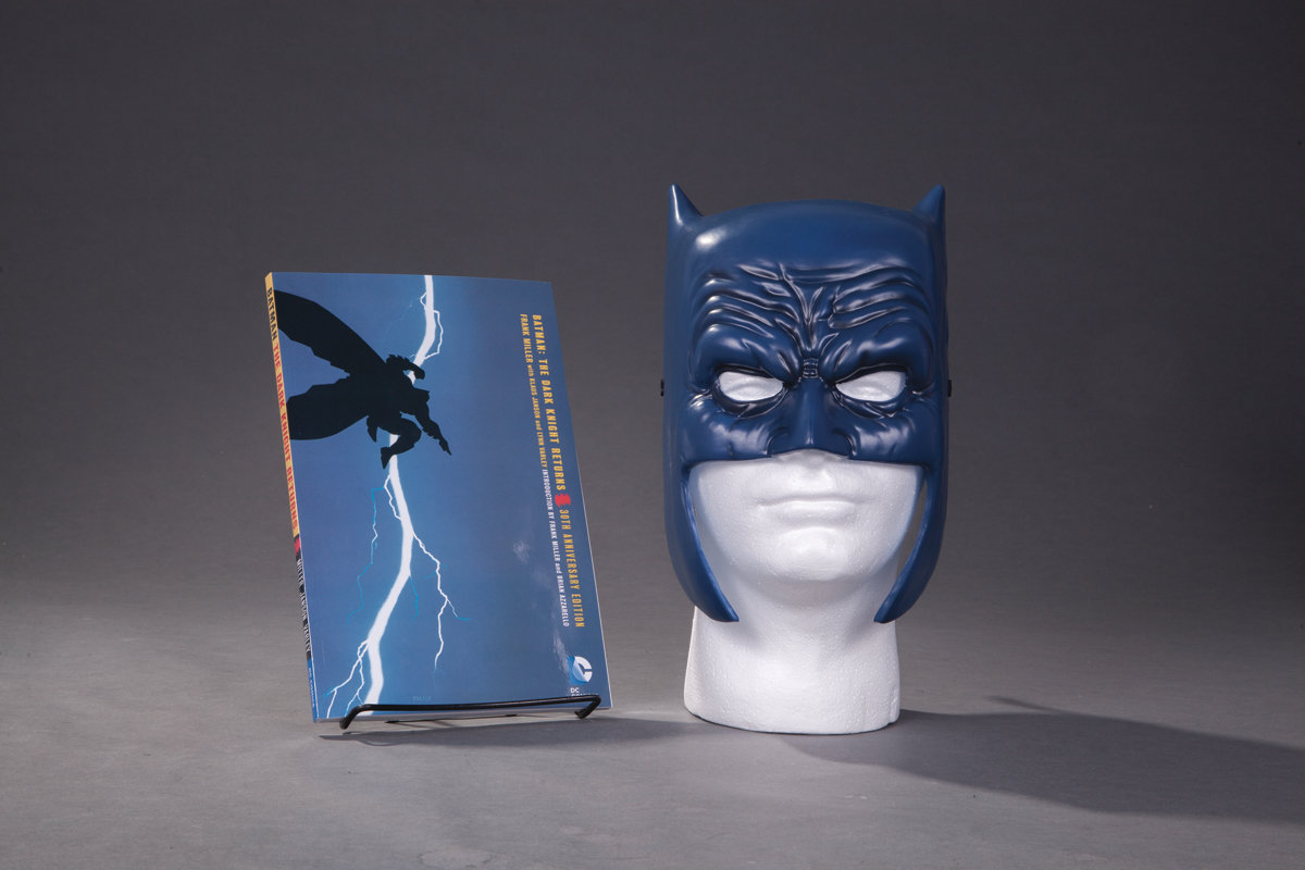 BATMAN DARK KNIGHT RETURNS BOOK & MASK SET