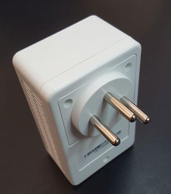 מתאם לרשת החשמל הכולל נתב אלחוטי