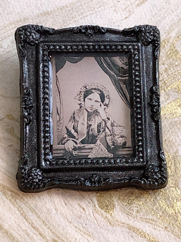 frame brooch (ida)