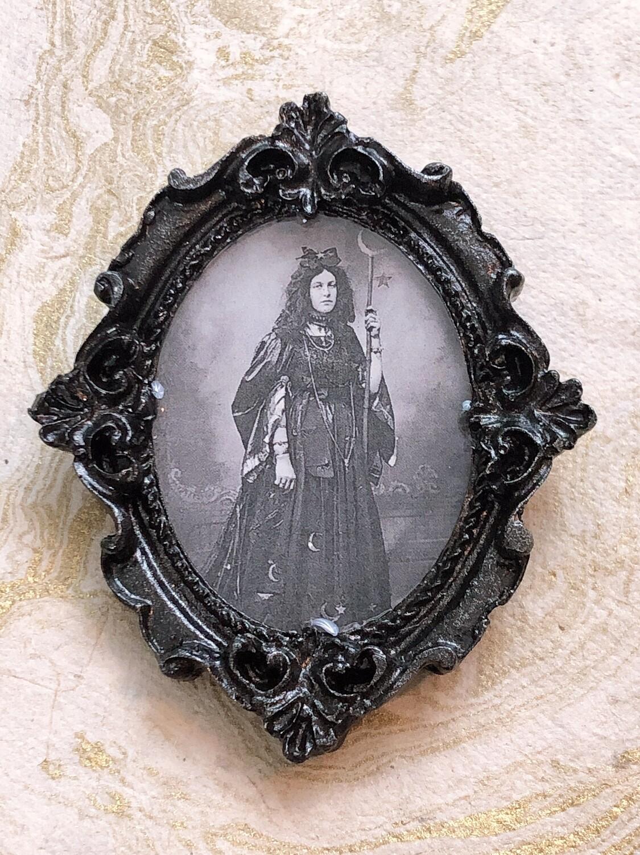 frame brooch (la sorcière)