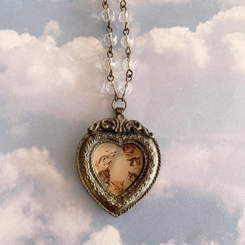 frame necklace (cat filled heart)
