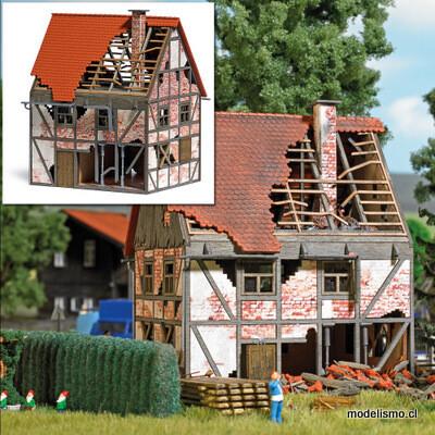 Busch H0 1667 Casa abandonada con entramado de madera