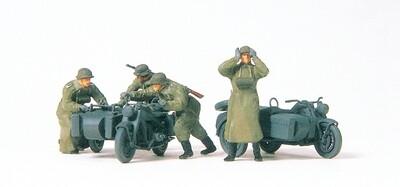 Preiser 16580 H0 - Motociclistas, empujando, de la ex Wehrmacht alemana (EDW), época II. sin pintar.