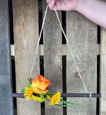 Ovi-/seinäkoriste puunoksalla