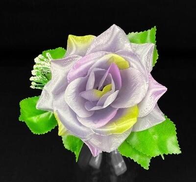 Ruusu kukkapää lehdillä, harmaa-lila