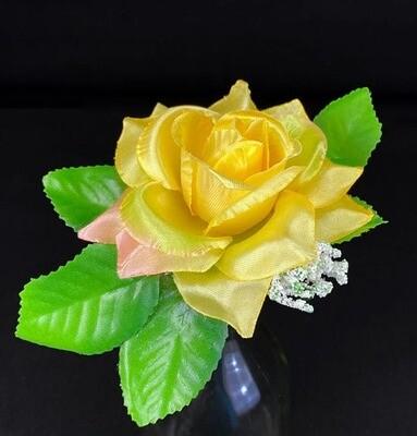 Ruusu kukkaosa lehdillä, keltainen