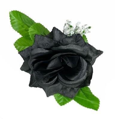 Musta ruusu kukkapää lehdillä