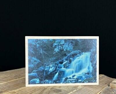 Puulle painettu kortti; vesiputous