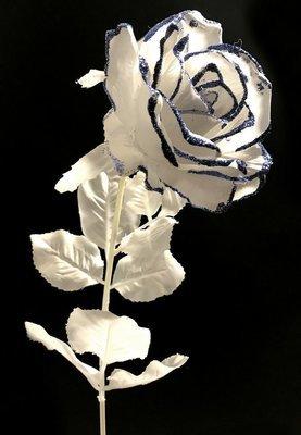 Valkoinen ruusu sinisellä glitterillä