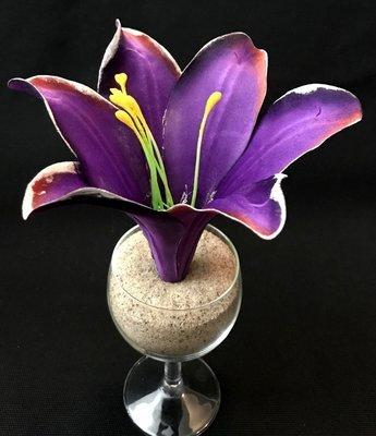 Pimeässä hohtava lilja-kukkapää, violetti