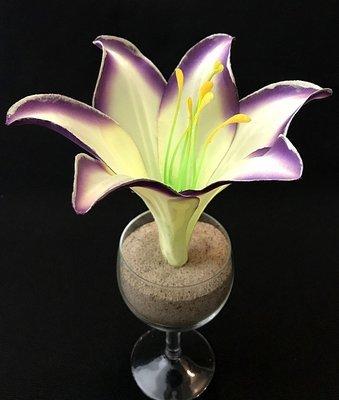 Pimeässä hohtava lilja-kukkapää, kerma/violetti