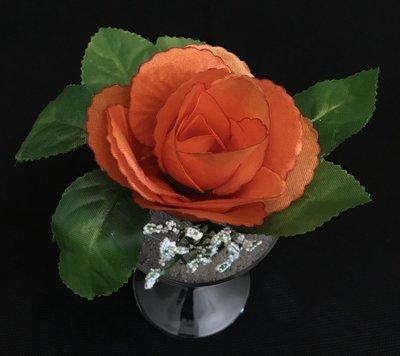 Ruusu-kukkapää lehdillä, oranssi