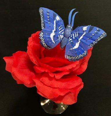 Perhonen klipsillä, sininen