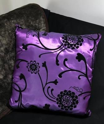 Sisustustyyny: violetti + mustat kukat