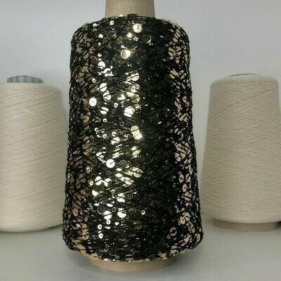 Lustrosa , крупные 6 mm и мелкие 3 mm пайетки на хлопке, длина нити:  около 200м/100гр, цвет: золотые пайетки, чёрная нить