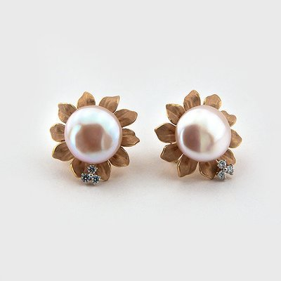 Pearl and diamond earrings in 18k yellow gold