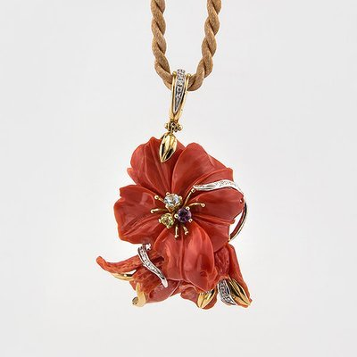 Original Floral Design Coral Pendant in 18k yellow gold