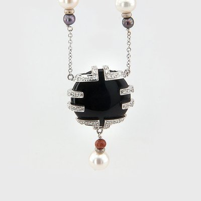 Original onyx pendant in 18k white gold